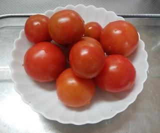 皿のトマト 29.6.20.jpg